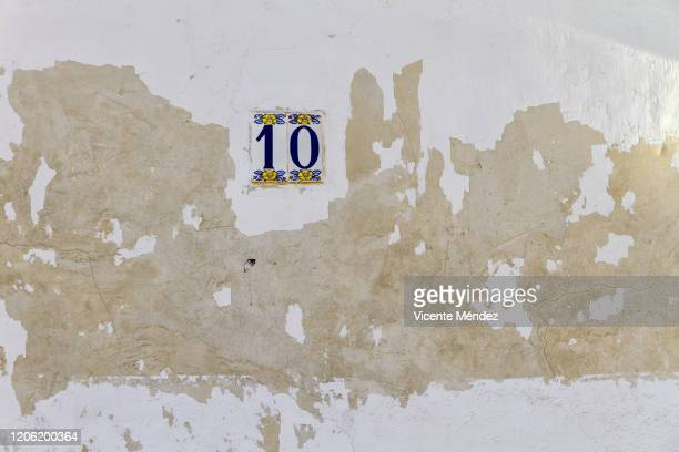 chipped wall and number ten - vicente méndez fotografías e imágenes de stock