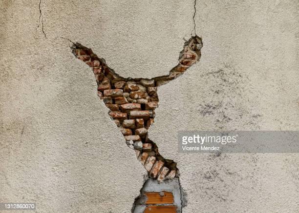 chipping in a brick wall - vicente méndez fotografías e imágenes de stock