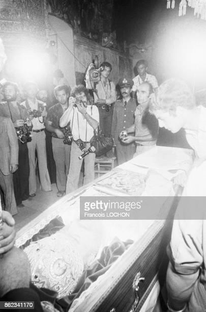 Chipriotes rendant un dernier hommage face au cercueil de Mgr Makarios l'archevêque de Chypre et président de république Nicosie le 8 aout 1977 Chypre