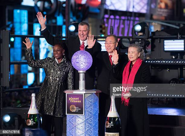 Chirlane McCray Mayor Bill de Blasio Ban KiMoon and Yoo Soontaek pose onstage during New Year's Eve 2017 in Times Square on December 31 2016 in New...