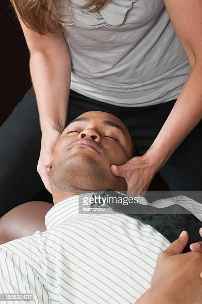 Chiropracteur traiter Homme d'affaires de cou