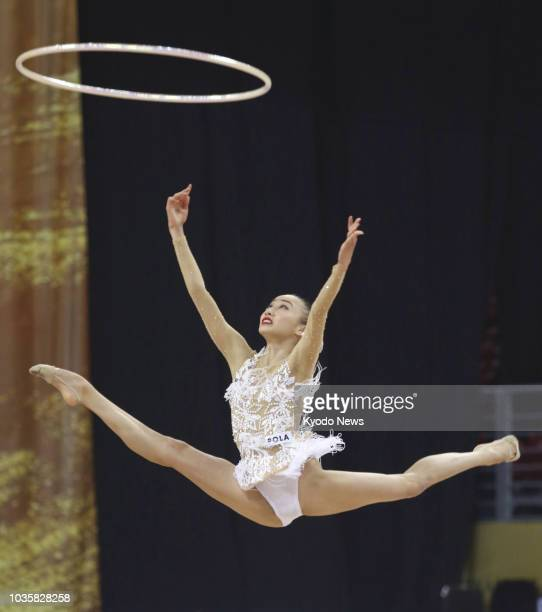 Chisaki Oiwa of Japan performs her hoops routine in the individual all-around final at the world championships in Sofia on Sept. 14, 2018. ==Kyodo
