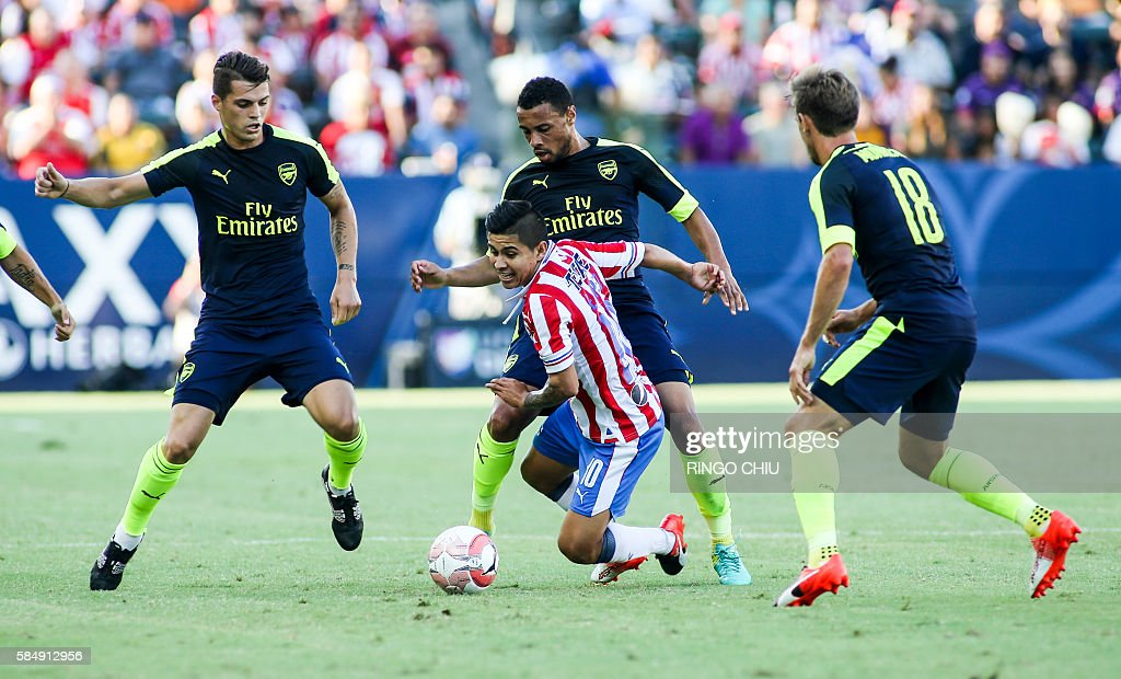 Chivas Guadalajara midfielder Javier Eduardo Lopez (2nd R) struggles for the ball against Arsenal during their friendly soccer match at StubHub Center in Carson, California on July 31, 2016. Arsenal won 3-1. / AFP / RINGO
