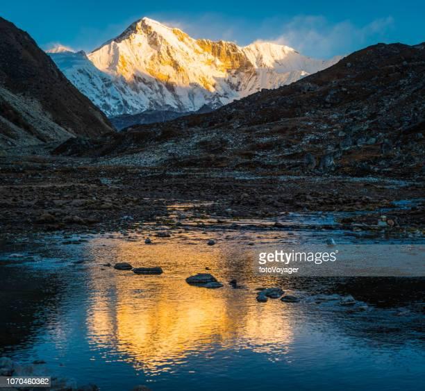 cho oyu 8188m golden sunrise sneeuw top lake reflectie himalaya nepal - himalaya stockfoto's en -beelden