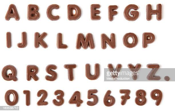de l'alphabet avec un tracé de détourage chocolat - font photos et images de collection