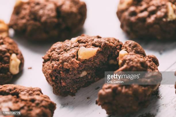 chocolate and nuts cookies - cris cantón photography fotografías e imágenes de stock