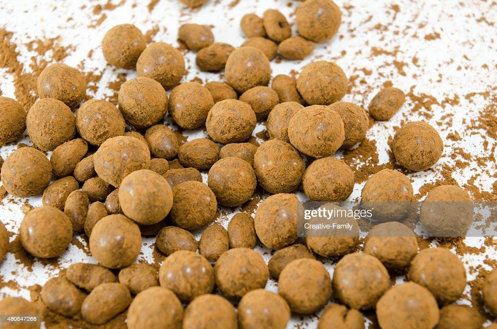 Pelotas de Chocolate sobre blanco : Foto de stock