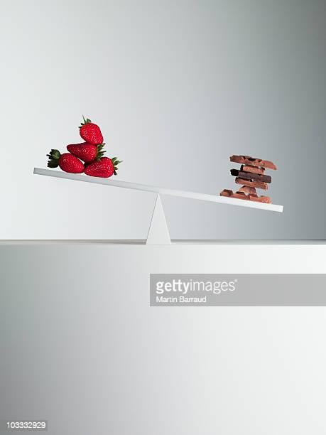 Barras de Chocolate volcado de balancín con fresas en frente al final