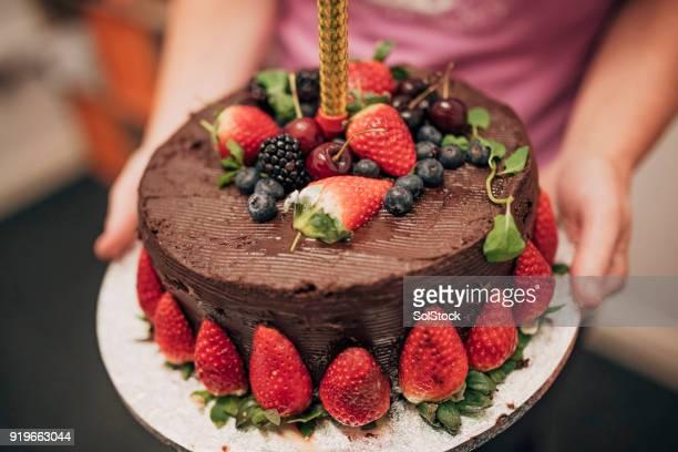 chocolate pastel de cumpleaños - imagenes gratis fotografías e imágenes de stock