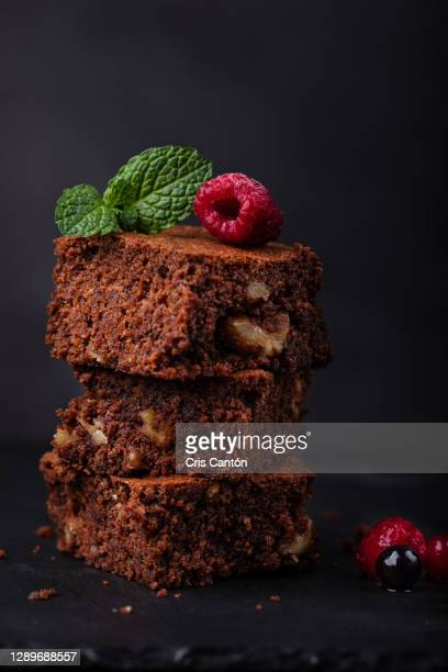 chocolate brownie with berries - cris cantón photography fotografías e imágenes de stock