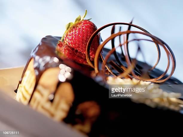 torta al cioccolato con un starwberry - dolci foto e immagini stock