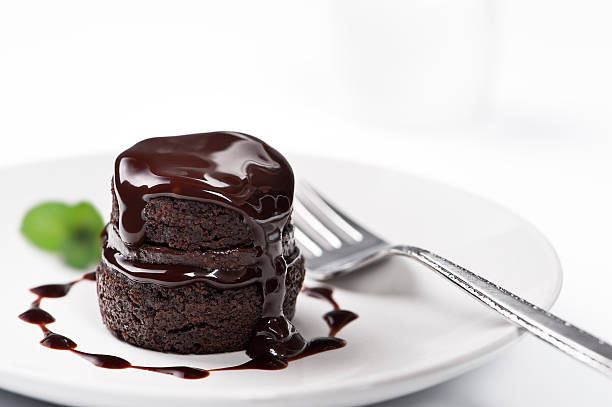 chocolate cake with melted chocolate on top - 餐後甜品 個照片及圖片檔