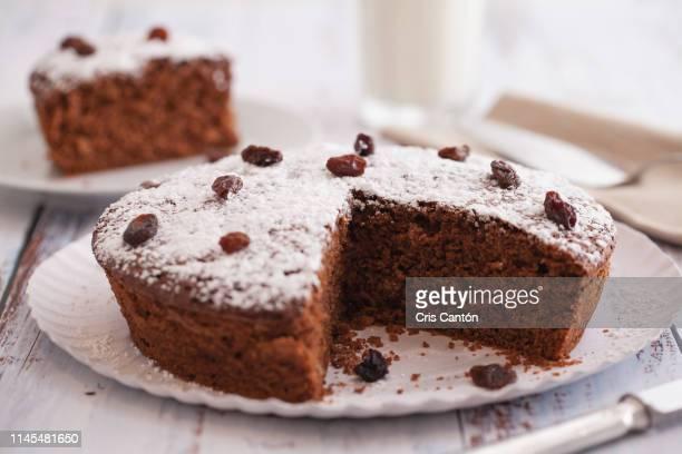 chocolate cake with raisins - cris cantón photography fotografías e imágenes de stock