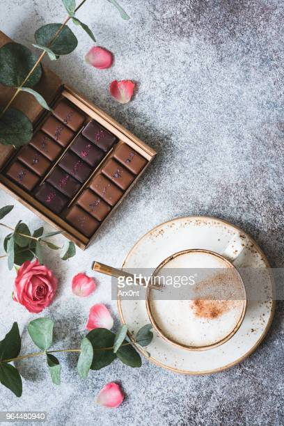 chocolate candies, coffee and roses - saint valentin photos et images de collection
