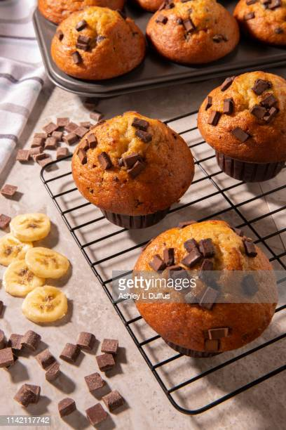 chocolate chip banana muffins - チョコレートチップマフィン ストックフォトと画像