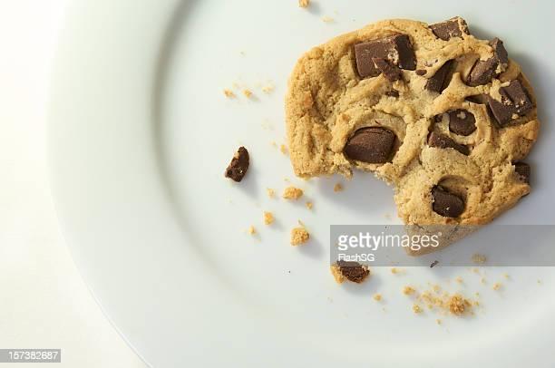Biscotto con gocce di cioccolato con morso preso fuori di esso