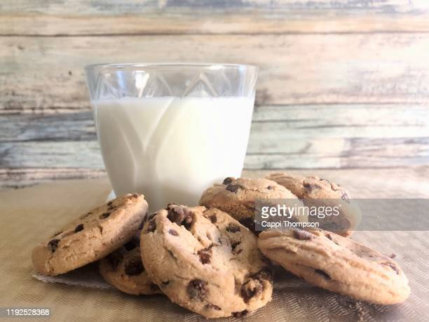 chocolate chip cookies with milk - cappi thompson stock pictures, royalty-free photos & images