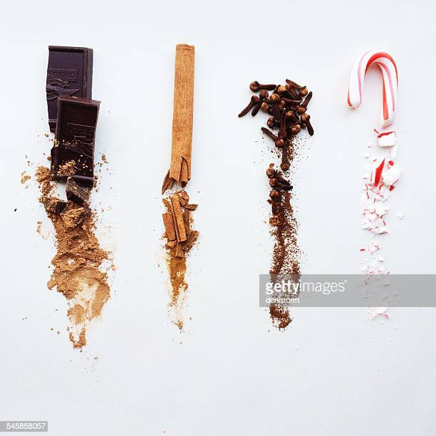 chocolate, cinnamon, cloves, and candy cane, whole at top, crushed below - canelo fotografías e imágenes de stock
