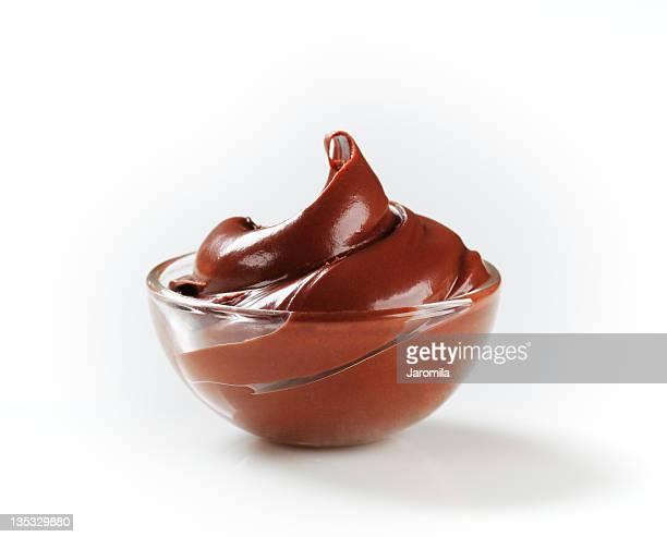 Crema al cioccolato nella ciotola di vetro