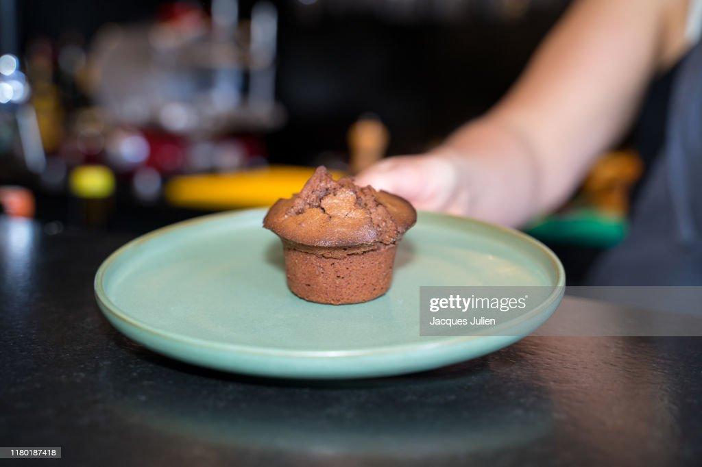 Chocolate cupcake on a plate : Photo