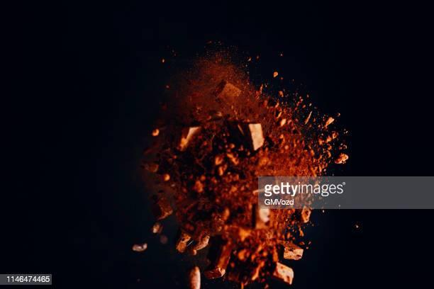 explosão do alimento do chocolate com pó de cacau e microplaquetas de chocolate - explodindo - fotografias e filmes do acervo