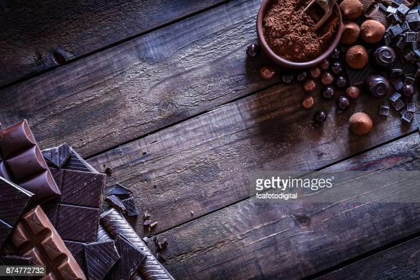 quadro de chocolate na mesa de madeira rústica - chocolate - fotografias e filmes do acervo
