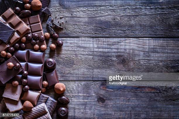 chocolate frame on rustic wooden table - barra de chocolate imagens e fotografias de stock