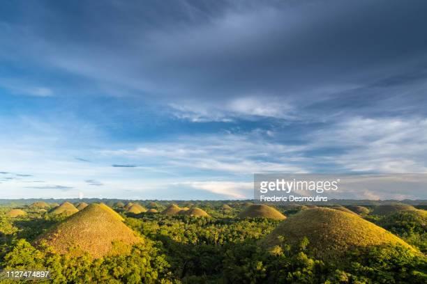 chocolate hills - paisajes de filipinas fotografías e imágenes de stock