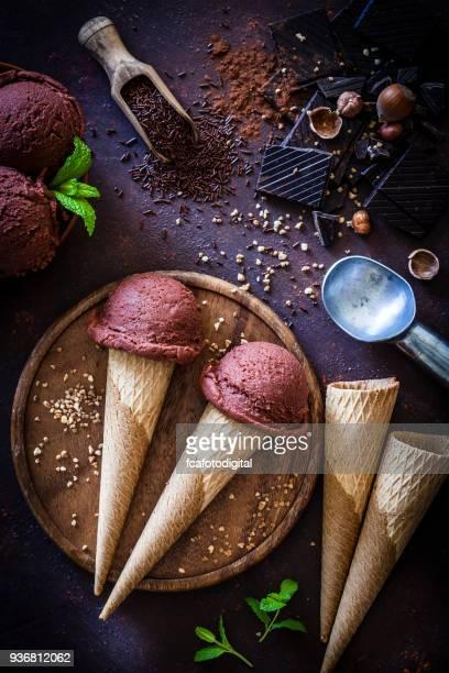 cônes de crème glacée au chocolat - aliment surgelé photos et images de collection