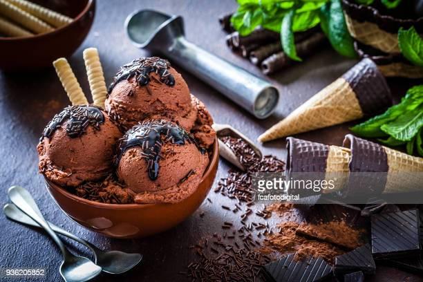Chocolade-ijs in een beker glas