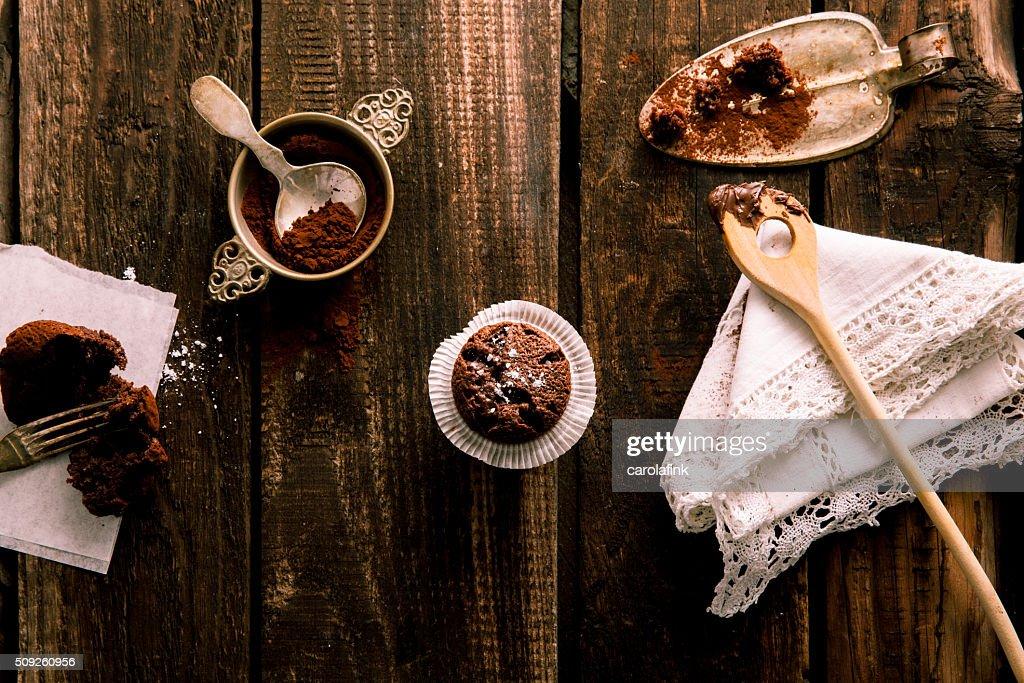 Chocolate muffin on dark wooden board : Stock-Foto