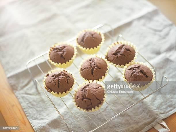chocolate muffin - チョコレートチップマフィン ストックフォトと画像