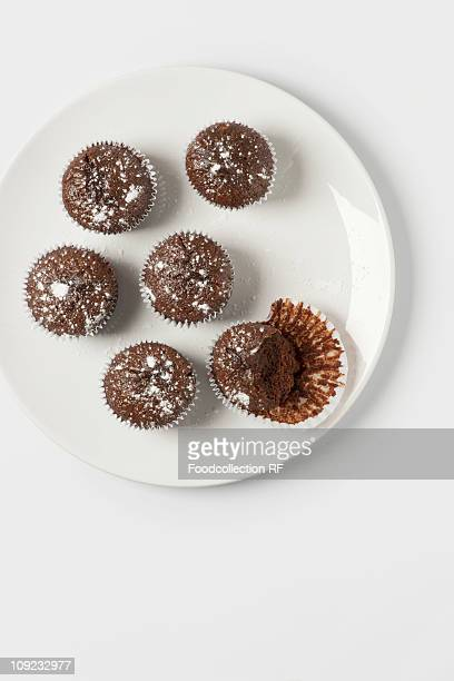 chocolate muffins on plate, close-up - チョコレートチップマフィン ストックフォトと画像
