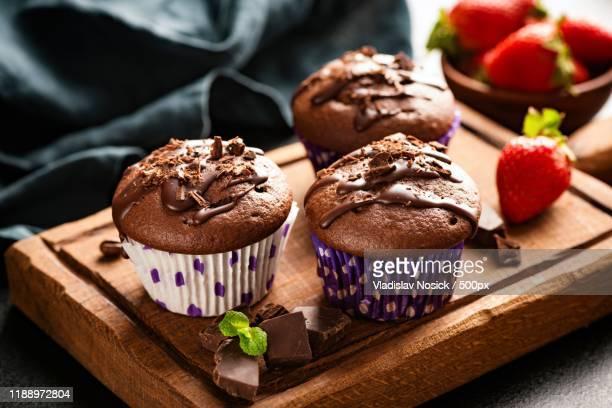 chocolate muffins on wooden board - チョコレートチップマフィン ストックフォトと画像