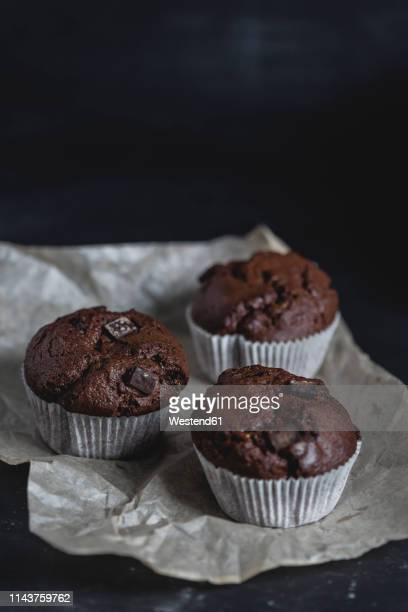 chocolate muffins, paper liner - チョコレートチップマフィン ストックフォトと画像