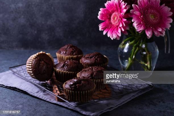 チョコレートマフィン - チョコレートチップマフィン ストックフォトと画像