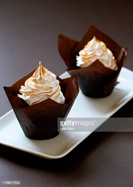 chocolate muffins with meringue on the top - klein foto e immagini stock