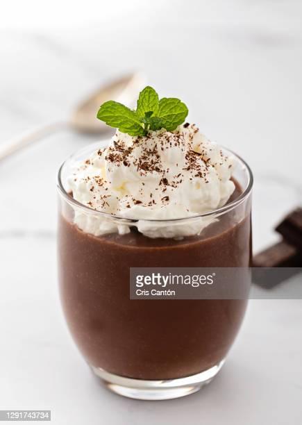chocolate pudding with cream - cris cantón photography fotografías e imágenes de stock