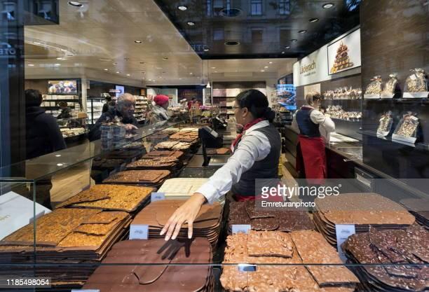 chocolate shop window in zurich. - emreturanphoto - fotografias e filmes do acervo