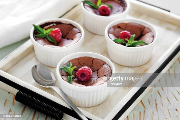 schokoladen-soufflés mit himbeeren dessert - dessert stock-fotos und bilder