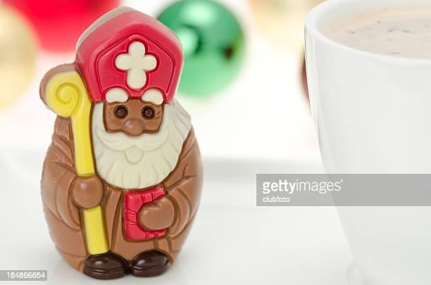 Schokolade St. Nikolaus mit einem warmen Getränk