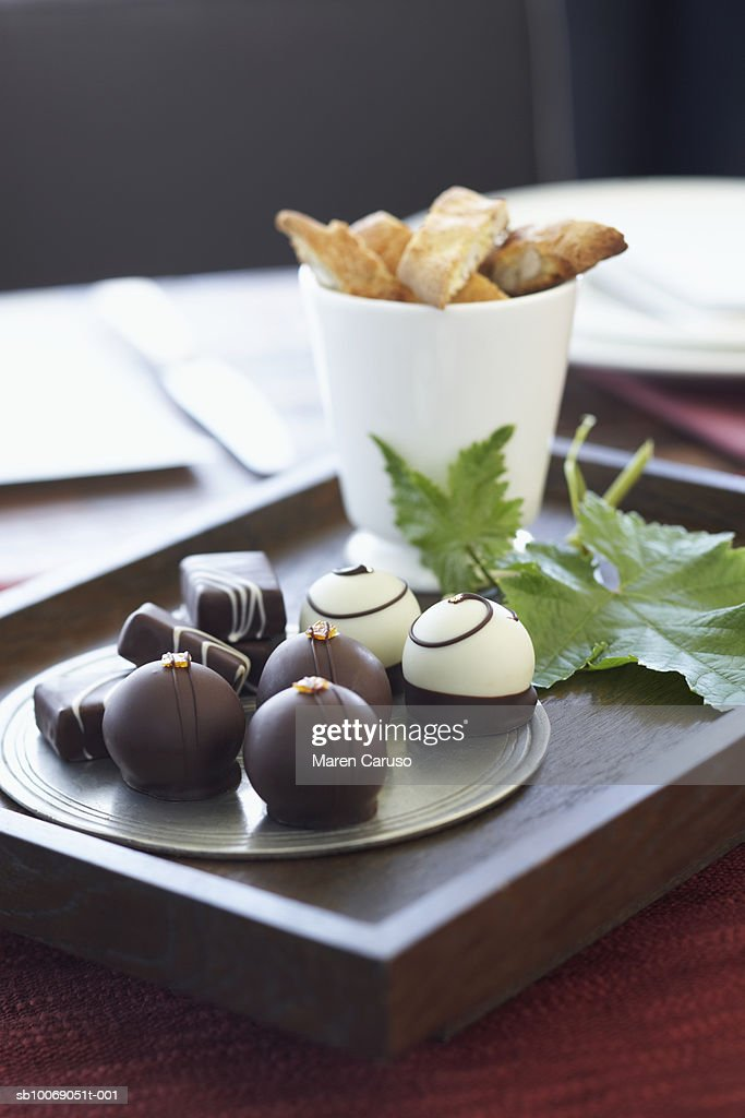 Chocolate truffles in tray, close-up : Stockfoto