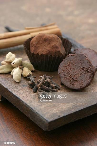 チョコレートトリュフ、クローブとカルダモン、シナモン