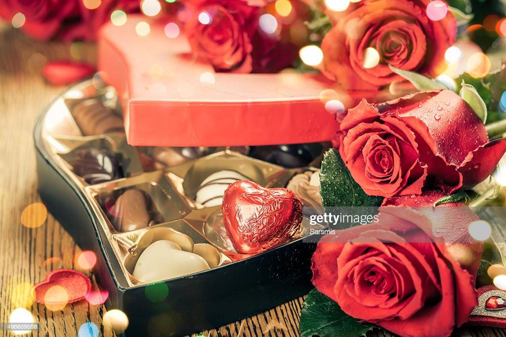 赤いバラとチョコレートトリュフ : ストックフォト
