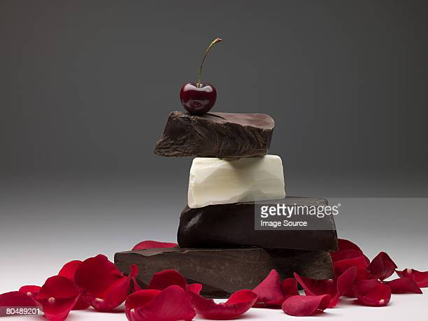 Schokolade mit cherry und Blütenblättern