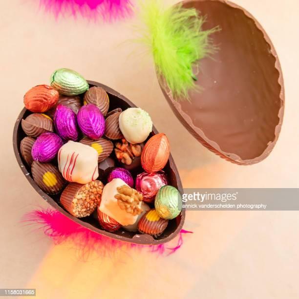 chocolates in easter egg - イースターエッグのチョコレート ストックフォトと画像
