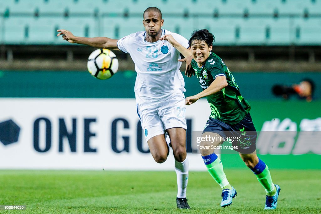 Choi Chul-Soon of Jeonbuk Hyundai Motors FC (R) fights for the ball with Edgar Bruno da Silva of Buriram United (L) during the AFC Champions League 2018 Group F match between Jeonbuk Hyundai Motors FC (KOR) and Buriram United (THA) at Jeonju World Cup Stadium on 15 May 2018, in Jeonju, South Korea.