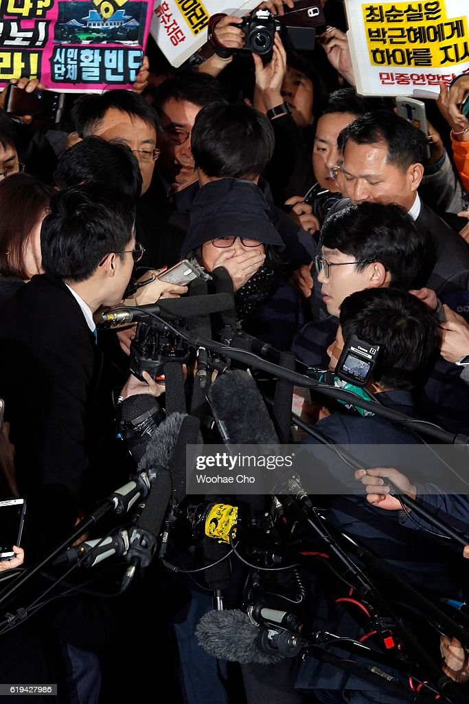 Choi Soon-sil (center), a confidant of South Korean President Park Geun-hye, appears at the Seoul Central Prosecutors' Office suspected of interfering in state affairs on October 31, 2016 in Seoul, South Korea.