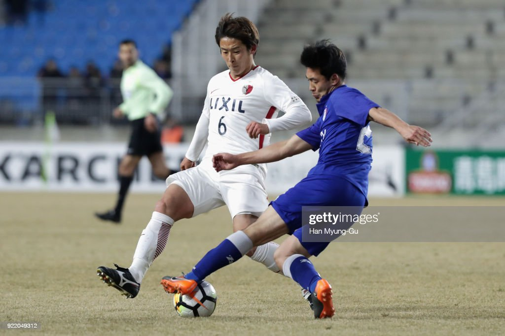 Choi Sung-geun of Suwon Samsung Bluewings and Ryota Nagaki of Kashima Antlers compete for the ball during the AFC Champions League Group H match between Suwon Samsung Bluewings and Kashima Antlers at Suwon World Cup Stadium on February 21, 2018 in Suwon, South Korea.