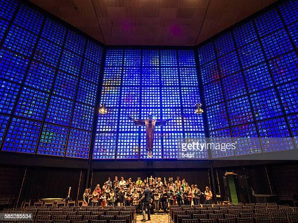 choir in berlin, germany - memorial kaiser wilhelm - fotografias e filmes do acervo
